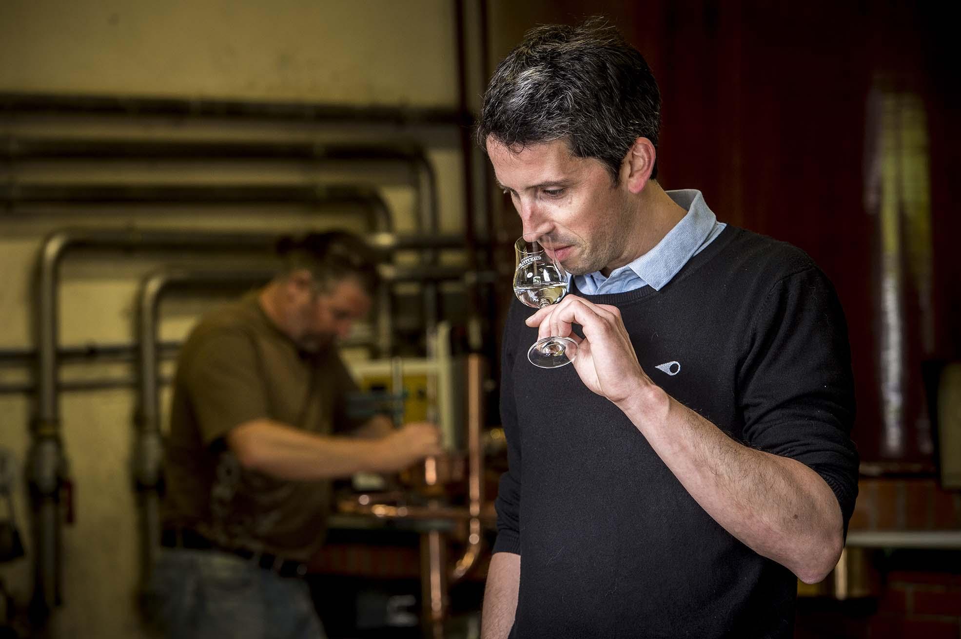 Emmanuel Painturaud, maître de chai entrain de sentir une eau-de-vie dans la distillerie